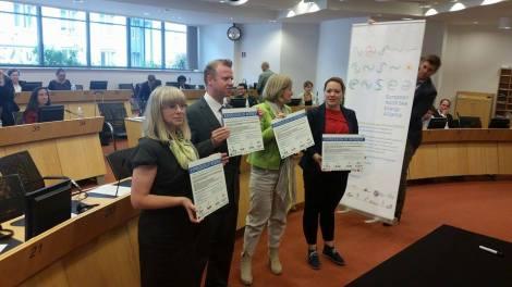 Mette Fossan-Bergem fra Rogaland fylkeskommune (ytterst til høyre)og øvrige ENSEA-partnere signerte interesseerklæring om fortsettelse av samarbeidet etter inneværende prosjektperiode. Foto: Terje Gravdal