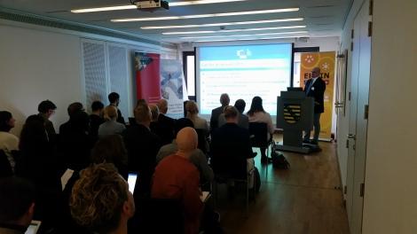 Georg Houben fra Europakommisjonen orienterer om EUs innovasjonspartnerskap for smarte byer og samfunn. Foto: Terje Gravdal.