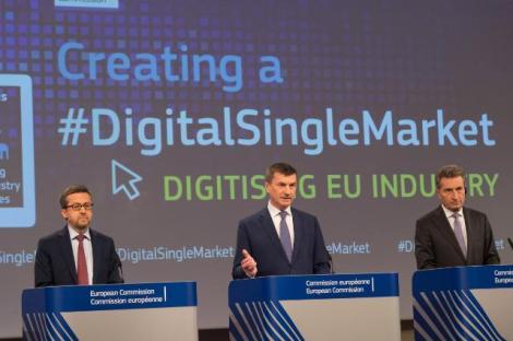 EUs strategi for digitalisering av europeisk industri ble lagt frem av Europakommisjonens visepresident med ansvar for det digitale indre marked, Andrus Ansip (i midten), sammen med kommissær for forskning og innovasjon Carlos Moedas (til venstre) og kommissær for den digitale økonomien Günther Oettinger. Foto: Europakommisjonen.