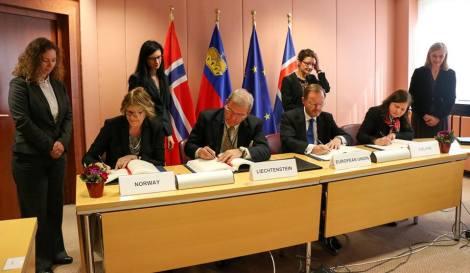Avtalene om den nye perioden for EØS-midlene ble signert av EU-ambassadørene til Norge, Island og Liechtenstein. EU-ambassadøren til Nederland, som innehar EU-formannskapet det inneværende halvåret, signerte på vegne av Unionen. Foto: Norges EU-delegasjon.