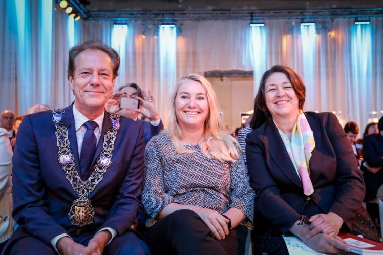 Årskonferansen til EIP SCC ble åpnet av Eindhovens ordfører Rob van Gijzel, her sammen med Nederlands transportminister Melanie Schultz van Haegen og Europakommisjonens transportkommissær Violeta Bulc. Foto: EIP SCC.