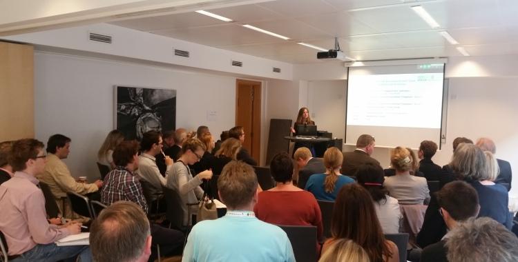 Salen var fullsatt da Bernadette Bergsma fra Eindhovens EU-kontor ønsket velkommen til seminar om Triangulum-prosjektet. Foto: Terje Gravdal