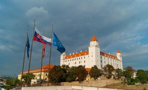 Slovakia tar over stafettpinnen fra Nederland 1. juli, og vil inneha EU-formannskapet det neste halvåret. Bildet er fra slottet i Bratislava. Foto: Guillaume Speurt/Flickr.