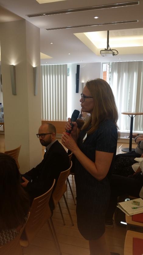 EUs arbeid på migrasjonsfeltet var et tema som engasjerte flere av lynkursets deltakere, deriblant ordfører i Randaberg Kristine Enger. Foto: Terje Gravdal.