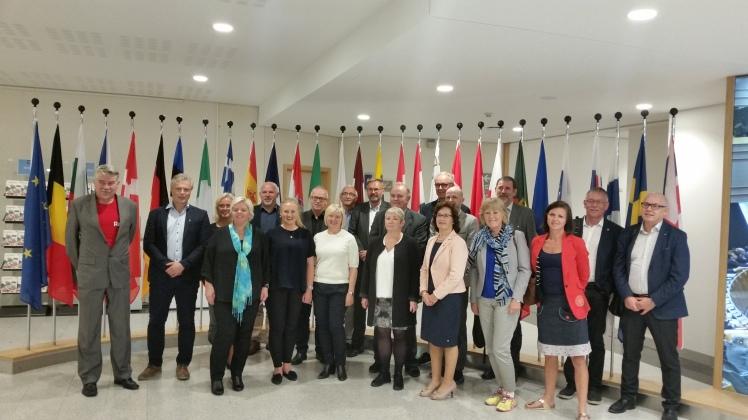 Kontrollutvalgene på Vestlandet besøkte Brussel 19.-21. september. Her er gruppen fotografert inn i Europaparlamentet. Foto: Terje Gravdal.