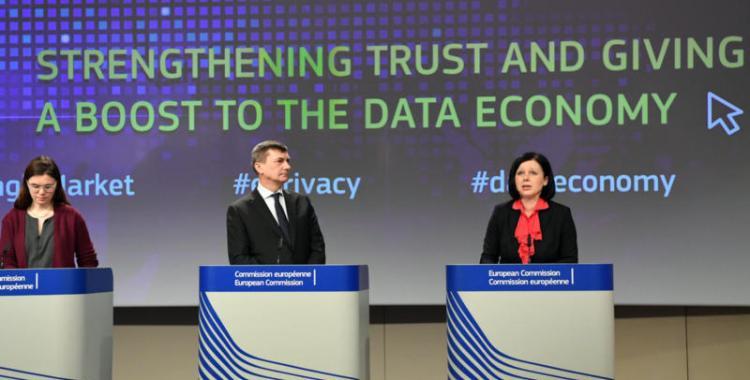 Den digitale pakken med initiativ om personvern og dataøkonomi ble lagt frem av Europakommisjonens visepresident Andrus Ansip og justiskommissær Vera Jourova (til høyre). Foto: Europakommisjonen