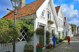 Gamle-Stavanger-historic-city-area-with-white-18th-19th-century-houses-in-Stavanger-Norway.jpg.optimal